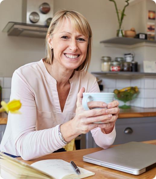 Lachende vrouw die leningen vergelijkt